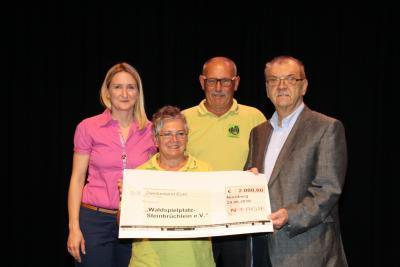 Spendenübergabe von Annemarie Endner (N-ERGIE) an die Vorstandsmitglieder Cordula Floßmann, Klaus Sperl und Werner Gruber (Foto: N-ERGIE)