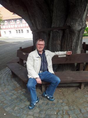 Kurt Jahrendt aus Waldkirch im Breisgau freut sich bei seinem Besuch in Kaltennordheim über die sanierte Baumbank