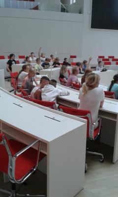 Einmal auf den Plätzen der Landespolitiker sitzen, das konnten die Hennickendorfer Schüler bei ihrem Ausflug   Foto: md-s