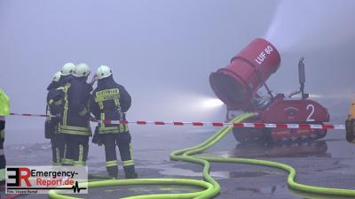 Der Angriffstrupp Strunden mit dem LUF bei der Brandbekämpfung (Foto: © Emergency-Report.de; Vincent Kempf)