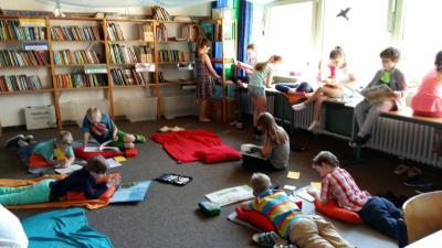 Foto zur Meldung: Großzügige Spende an die Schulbücherei