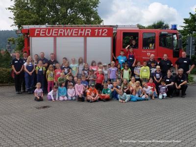 Gruppenbild der Teilnehmer und Betreuer der diesjähirgen Ferienspiele bei der Feuerwehr Bieber