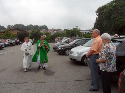 Foto zur Meldung: Fahrzeugsegnung in der Pfarrei St. Georg – Pfarrer ließ Plaketten verteilen