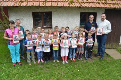 Foto zu Meldung: Abschied aus dem Kindergarten mit Malbüchern des Kreisfeuerwehrverbandes