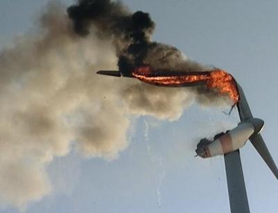Foto zur Meldung: Windrad-Rotoren stürzen brennend zu Boden