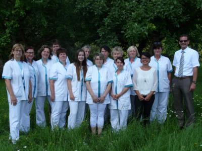 Unser Bild zeigt Pflegedienstleiterin Nadine Lins (3.v.r.) und Bürgermeister Carsten Ullrich mit dem erfolgreichen Team der Gemeindepflegestation