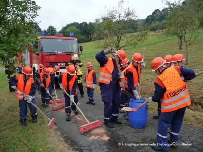 Die Mitglieder der JF beim Beseitigen einer Ölspur
