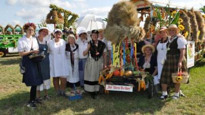 Foto zur Meldung: Groß Laasch - In Holzschlappen zum Festumzug