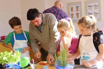 Foto zur Meldung: Tim Mälzer eröffnet offiziell unsere neue Schullehrküche