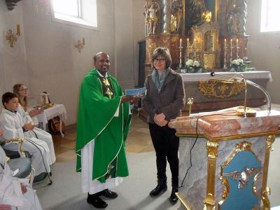 priester singt ave maria