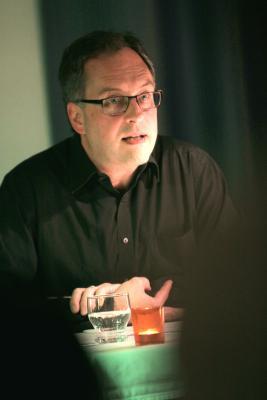 Konzentrierte Stimmung bei Kerzenschein: Dr. Ralf Köbler liest aus seinen Stadtkirchenkrimis