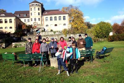 Gruppenfoto vor dem Hainewalder Schloß
