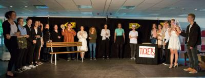Foto zur Meldung: Wer versteht hier Bahnhof? Theaterpremiere des DS-Kurses 12