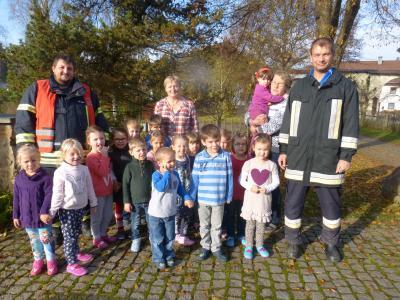 Matthias Maier und Stefan seidl von der FFW Altrandsberg mit den Buben und Mädchen des Kindergartens, mit im Bild das Personal