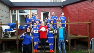 Foto zur Meldung: Mierzwa Trockenbau sponsert Trikots und Hoodies für die Mädchenmannschaft