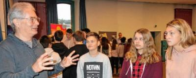 Informationstag für Lampertheimer Realschüler in der Zehntscheune: Michael Niedermayr von der Suchtberatung der Arbeiterwohlfahrt (AWO) Kreis Bergstraße im Gespräch mit Jugendlichen.