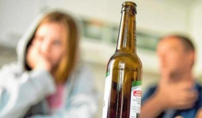 Alkohol steht in vielen Familien auf dem Sofatisch und sorgt oftmals für Streit - so wie auf unserem Symbolfoto