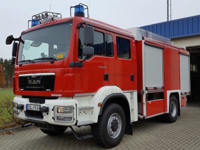 Foto zu Meldung: Spektakuläre Fahrzeugübergabe des neuen TLF 4000 St