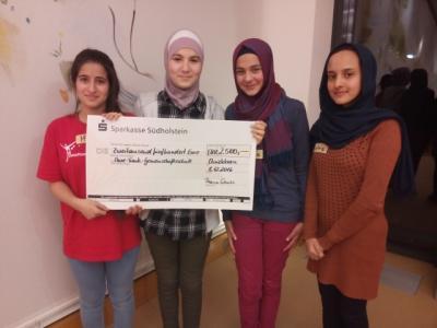 Meriam, Heba, Sana und Zahra mit dem Scheck