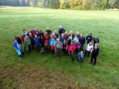 Bestes Herbstwetter bei der letzten Etappe auf dem Spessartbogen: Die fröhliche Gruppe mit Wanderführer Michael Stange (rechts).