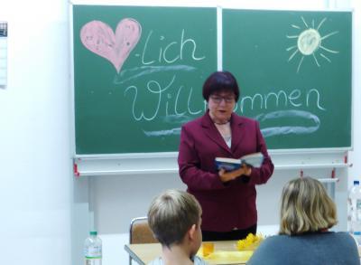 Foto zu Meldung: Spannendes Leseabenteuer mit unserer Schulpatin Frau Gorr