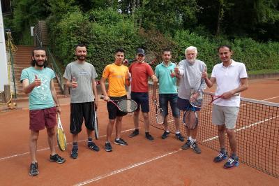 Foto zu Meldung: Flüchtlinge spielen Tennis beim TC Much
