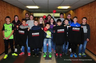 Die Mitglieder der Jugendfeuerwehr Bieber beim Adventkegeln