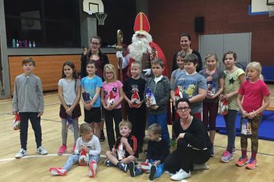 St. Nikolaus mit den Kindern der EISs-Gruppe
