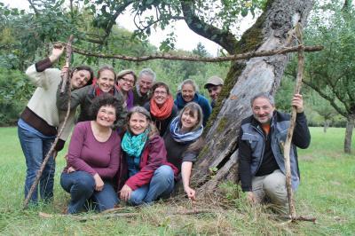 Im Bilde: Die beiden Umweltpädagoginnen Britta Hirt (hintere Reihe, links) und Anika Hensel (vorne links, in der Hocke) mit den neuen Streuobstpädagogen.