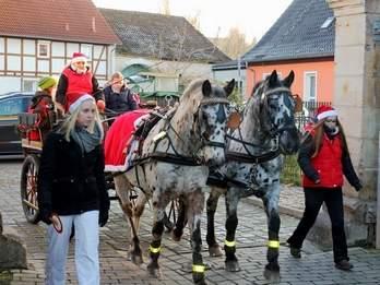 Vorschaubild zur Meldung: Weihnachtsmann fährt mit einer Kutsche vor