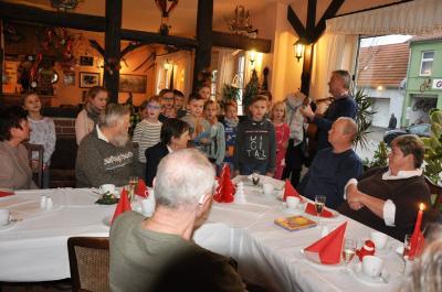Die Kinder gestalten ein Weihnachtsprogramm