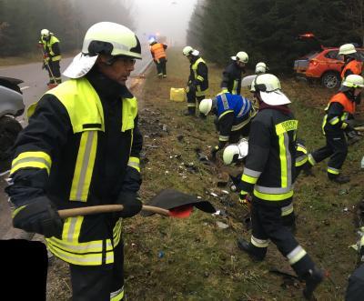 Foto zu Meldung: Schwerer Verkehrsunfall mit eingeklemmter Person - Kreisstraße DAH 2