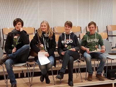 Zu sehen ist die Finalrunde der Sek. II, von links: Lucas (Johanneum, 1. Platz), Lisa (Bernahrd-Riemann-Gymnasium Scharnebeck, 3. Platz), Josephin (HEG Uelzen, 4. Platz), Christoph (HEG Uelzen, 2. Platz)