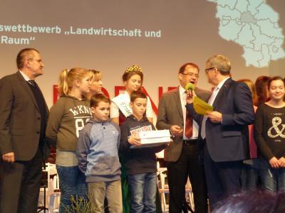 Ziehung der Gewinner auf der Bühne der Brandenburg-Halle 21a - zusammen mit Landwirtschafsminister Jörg Vogelsänger (Quelle: AGRARaktiv)