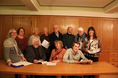 Gemeinsam feiert die Textabend-Autorenrunde der literarischen Vereinigung Signatur am Mittwoch das 50. Treffen. Lobende Worte hierfür gibt es für und von Moderator Heinz Lieber (Vierter von links). Foto:Angelika Banzhaf