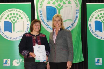 Foto zu Meldung: Umweltministerin Ulrike Scharf ehrte die krea(k)tive Grundschule Röslau für ihre Umwelt-Projekte