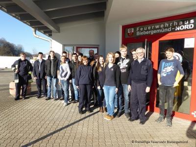 Die Teilnehmer mit der Ausbilderin Maike Weismantel vor dem Feuerwehrhaus Biebergemünd-Nord