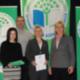 Umweltbeauftragte der Schule Cornelia Schieder, Lehrer Thomas Seitz, Rektorin Christine Wiesend und Umweltministerin Ulrike Scharf