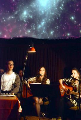 Nicolas Viehweg, Luise Skupsch und Magdalena Fuchs (v.l.) bei ihrem Auftritt im Planetarium