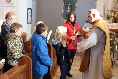 Foto zur Meldung: Pfarreiengemeinschaft feierte Maria Lichtmesse mit Blasiussegen