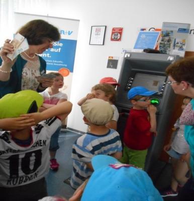 Foto zu Meldung: Besuch der Vorschulkinder der Kita Ottrau bei der VR-Bank