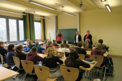 1.Anika Barkowski und Marina Maaß gratulieren den SchülerInnen der Klasse 7/3 des Goethe-Gymnasiums Nauen zum 1. Preis