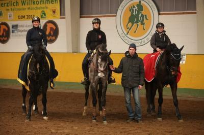 Foto zur Meldung: 10.-11.02.2017 - Springlehrgang mit Piotr Fragstein in der Remontehalle
