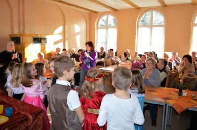 """Die Stimmung stimmt: Die Kinder der Graf-Arco-Schule führen für die Senioren das Märchen """"Der Froschkönig"""" auf."""
