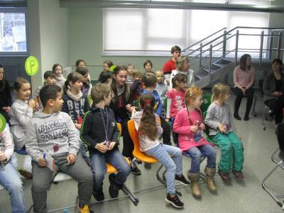 """Vorschaubild zur Meldung: """"Es fährt ein Bus durchs ABC"""" - Kita- und Schulkinder begegnen gemeinsam der Schriftsprache"""