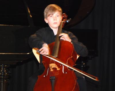 """Carl Schwarz am Cello gehört, wie schon vor einem Jahr, auch diesmal zu den Teilnehmern des """"Best-of""""-Konzertes von Kreismusikschule und Sparkassenstiftung im Bürgerhaus Bad Liebenwerda."""