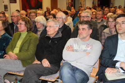 """""""Das Dorfgemeinschaftshaus in Burgjoß platzte fast aus allen Nähten bei der Vortragsveranstaltung zu """"Jossgrund summt""""."""