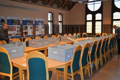 Die Stimmzettel werden im Sitzungssaal zusammengetragen.