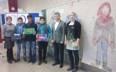 Dr. Hakan Akgün (Schulamt) und die Kunsttherapeutinnen Sophie Firle und Tanja Lilge mit Omar, Morteza und Laith.