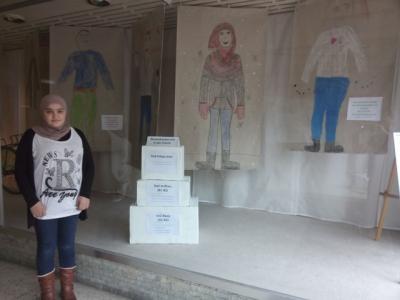 Foto zur Meldung: Unsere Willkommens-AG gestaltet das Schaufenster des Flüchtlings-Cafés in Elmshorn